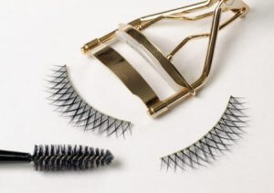Add Volume to Almond Eyes with Criss-Crossed Lashes
